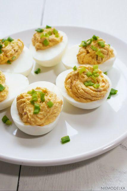 Jajka faszerowane łososiem. Salmon devilled eggs