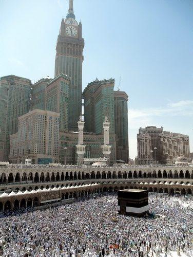 Peregrinos musulmanes caminan alrededor del Kaaba, en la Gran Mezquita de la ciudad sagrada de La Meca (Arabia Saudí). (AFP/VANGUARDIA LIBERAL)