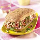 Sandwich van focaccia met tonijnsalade