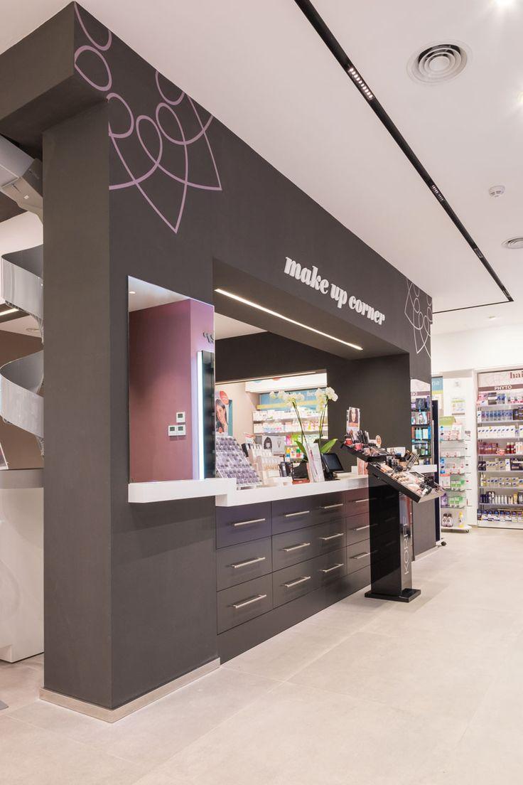 Farmacia Del Viale: mobili retroilluminati e luci di design. Croce esterna retroilluminata