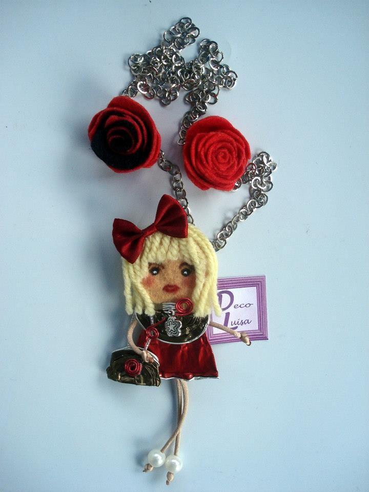 Con dos rosas y lazo de adorno. Aviso estas muñecas no se pueden copiar, están registradas.