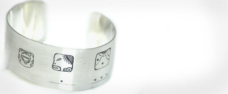 Zilveren armband met Maya tekens