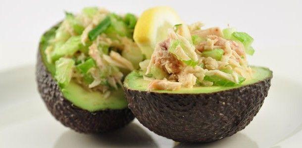 Deze gevulde avocado met tonijn is echt super, super lekker! En je kunt hem ook mooi opmaken en dan serveren als een sjiek voorgerecht. Maak dan simpelweg de helft per persoon. Avocado vult namelijk best wel en een hele avocado als voorgerecht is misschien wat veel.