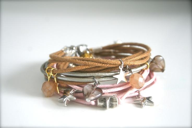 Zomer gevoel!!  Mooie armbanden van waxkoord en dun leer met prachtige bedels!   www.facebook.com/sieradenlijn.inis