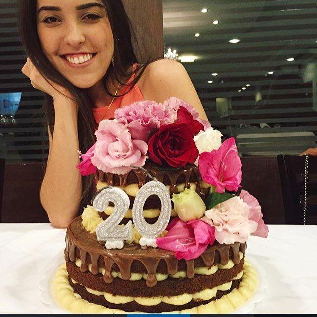 Foto linda da aniversariante de ontem!! Parabéns @gisanunnes  foi um prazer atende-la . #artesanal #caruaru #bolopelado #nakedcake #flores #leiteninho