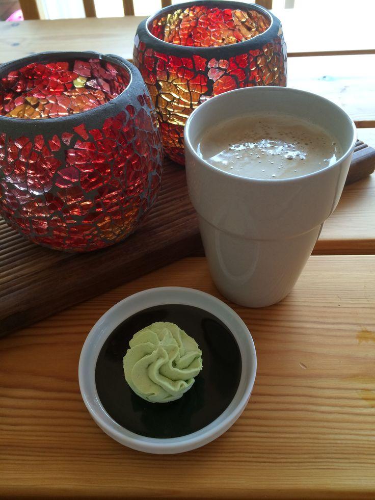 Ett litet tips på vad man kan göra om man får lite mousse över från en tårtfyllning eller dessert ligger nu på bloggen. #mousse #tårtfyllning #dessert #glassbakelse #tårta #cupcake