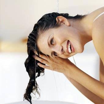 #EMETip Evita bañarte con agua caliente, pues los poros y las fibras capilares se dilatan haciendo que tu cabello se caiga con más facilidad
