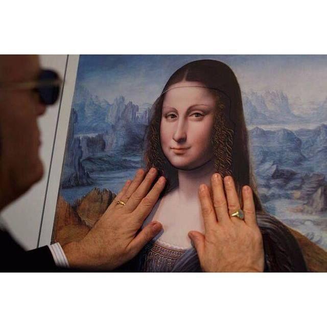 """В музее Прадо, в Мадриде, была организована выставка для слабовидящих и слепых посетителей """"Hoy toca el Prado"""" (Потрогайте Прадо). С помощью сложной технологии 3D печати, были созданы копии мировых шедевров искусства. Теперь у слабовидящих и слепых посетителей есть возможность получить впечатления от сокровищ мира искусства, через осязание."""