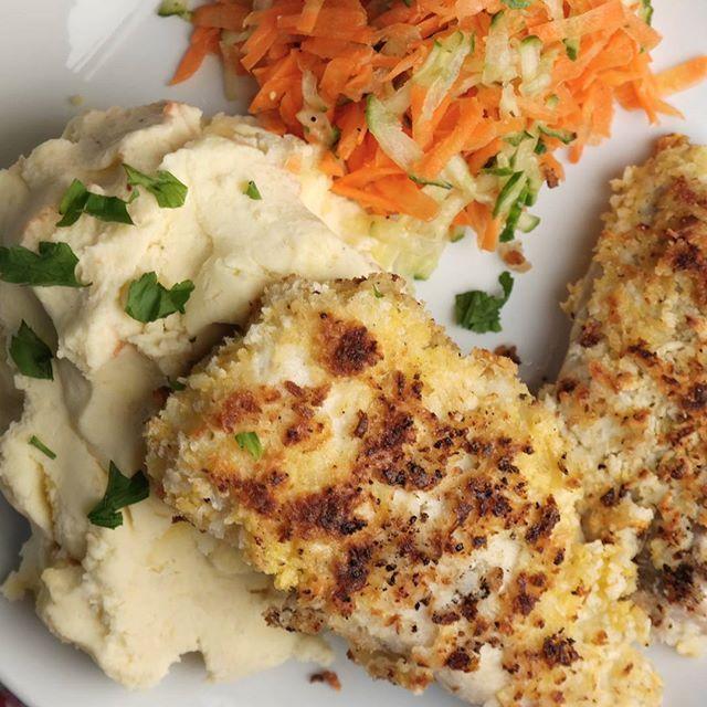 Dinnertime // Knall god hjemmelaget middag som alle vil elske! Fisk panert med chili- lime proteinchips, potetmos og råkostsalat Oppskrift på bloggen, www.dedication.blogg.no  @proteinchips.no #SunnMiddag#SuntOgGodt# proteinchipsno#protingsnorge#HelseGlede panerad torsk blomkål mos blomkålsmos potatis potatismos chips