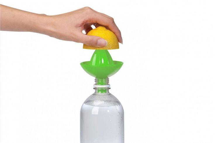 Deze superhandige Bottle Top Juicer kun je op iedere water, sap, frisdrank of bierflesje plaatsen, zo kun jij je citroen persen en het sap komt gelijk in de fles! #gezond #water #sinaasappelpers #juice #cadeau #kookcadeau