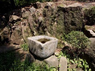 삼청공원 돌수조 너머의 바위들