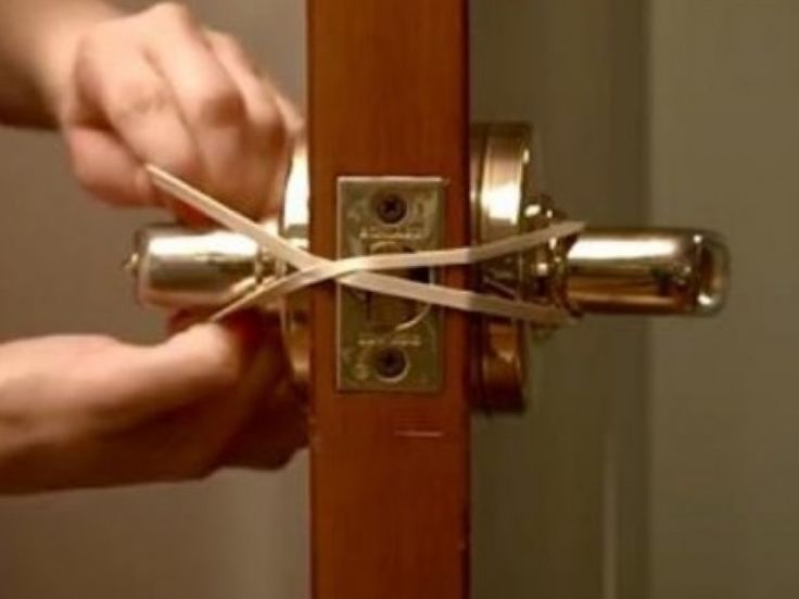 She Flexed This Rubber Over The Door Latch. The Reason Why? Super Smart!   #lifehacks - http://www.viral-next.com/she-flexed-this-rubber-over-the-door-latch-the-reason-why-super-smart/
