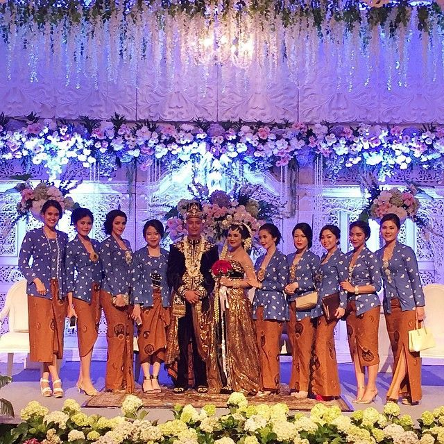 223 best indonesian wedding images on pinterest indonesian wedding a picture from last weekends traditional javanese wedding loving the bridesmaids tone of kutubaru blends effortlessly with the decoration junglespirit Image collections