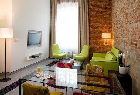 Яркий зеленый диван и кресла в гостиной