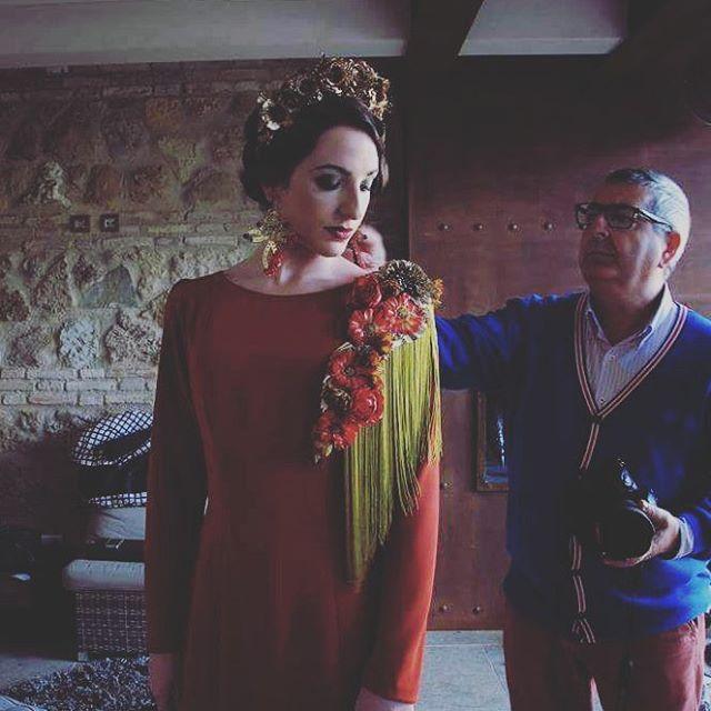 #Hombreras de #flores con #flecos #Gardenia. Para una #flamenca #diferente, llena de #estilo.  #Traje: @Lucia_herreros. #Pendientes: @lnjewelrydesign. #Hombrera y #tocado: @Gardeniacomplementos. Modelo: @Pilireca94. Maquillaje: @Marge10312. Estilismo y peluquería: Úrsula Barroso.