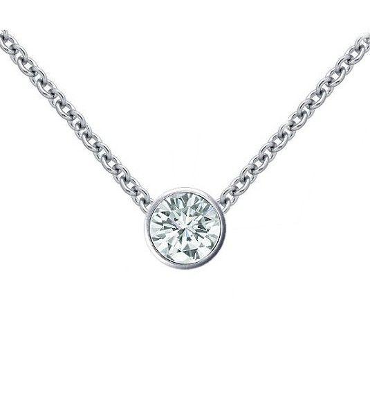 El colgante de diamantes BISEL es un sencillo y precioso colgante de Oro de 18 quilates y un espectacular diamante central. Es la joya ideal para ser regalado en cualquier ocasión y llevar a diario, perfecta para todas aquellas mujeres que busquen un complemento sutil y elegante en su día a día.