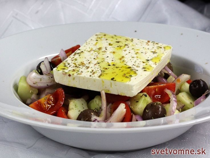 Jednoduchý recept na zdravý a osviežujúci stredomorský šalát s olivami a syrom feta. Jeho prípravu hravo zvládne aj úplný amatér.