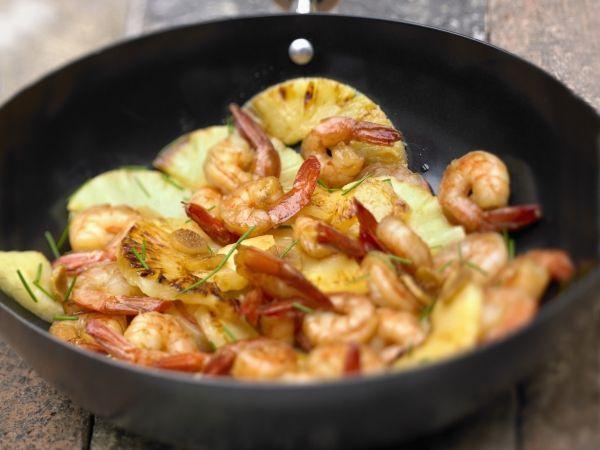 Pittige wok van scampi's met ananas en gember