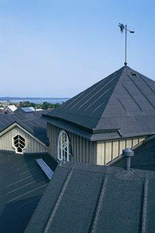 Perinteistä rakentamista mustalla kolmiorimakatteella. Katon kaltevuuden tulee olla vähintään 1:3. - Black roofing felt for traditional construction.