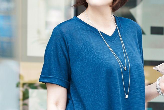 Today's Hot Pick :AラインフレアVネックロングTシャツ【BUILD】 http://fashionstylep.com/P0000OFL/build112/out フレアラインに広がるシンプルなロングTシャツです。 シンプルなVネックTシャツ。 お尻が隠れる丈感で体型カバーもばっちりです。 さらっと軽い肌触りのレーヨン混紡素材で着心地抜群。 スキニーやレギンスとのデイリーなカジュアルコーディネートがおすすめです。 ◆2色:ライトグレー/ネイビー