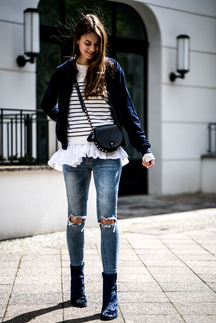 A blue and white outfit for spring? Yes, please. Especially when wearing blue velvet boots. You can find all the outfit details of this spring outfit here.