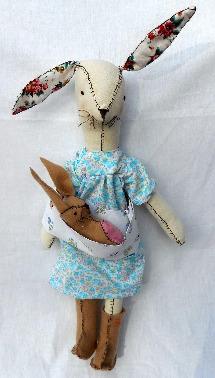 Coneja de tela, rellena con vellon. Vestido floreado y botas de pañolenci. Conejito bebe de pañolenci relleno con vellon.   Coneja 60 cm. aprox.  Bebe 20 cm. aprox. $ 320.-