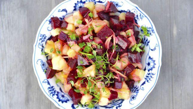 Rødbete- og potetsalat med ingefær til pølser