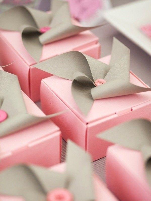 Si quieres sorprender a tus invitados al mismo tiempo que economizas tu boda, entonces haz tus propias cajas de regalo. Aquí te dejamos sus patrones e ideas