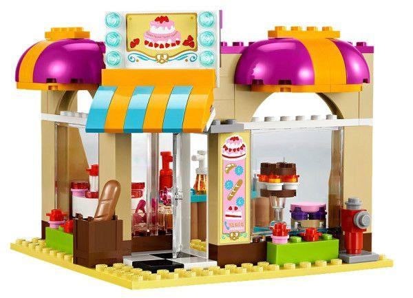 BRUTARIA DIN CENTRUL ORASULUI (41006) Construieste un magazin de dulciuri pe colt cu Mia si Daniela cu brutaria din centrul orasului folosind accesorii, alimente, cuptor si vitrina pentru vanzarea in aer liber !