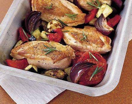 Ingredientes Para 4 pessoas: 1 cebola cortada em fatias 2 pimentos vermelhos, sem sementes e corte em pedaços 1 curgete, cortada em pedaços