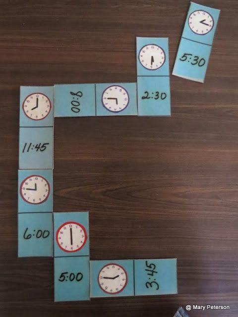 Dit domino spel helpt de kinderen met het inoefenen van het kloklezen. Ze krijgen zelf enkele kaartjes en moeten steeds proberen een juiste klok aan te leggen. Steeds opnieuw moeten ze de klokjes op het bord als in hun kaarten goed lezen om een kaartje te kunnen afleggen.