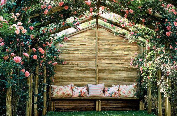 Väldoftande syréner, prunknande rosor och solen som sipprar in mellan bladen. I bersån är den svenska sommaren som bäst.
