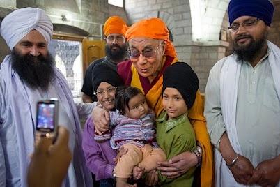 Dalai Lama visits Sikh Shrine