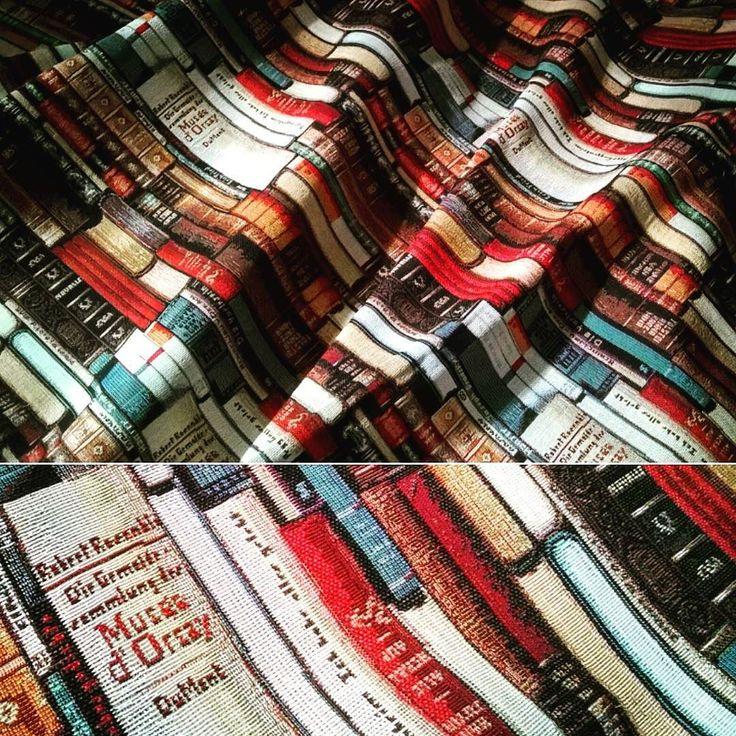 """Uno scatto dalla lavorazione: tenda con tessuto gobelin disegno a libri """"Llibres"""" di @hometesis  #tessuti #tenda #tendaggi #tappezzeria #artigianato #libri #hometesis #workinprogress #gobelin #gobelins #jaquard"""