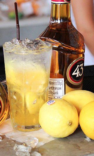Crush 43 cocktail Recipe: - 1/2 Lemon - 3 parts of Licor 43 - 2 part of Soda