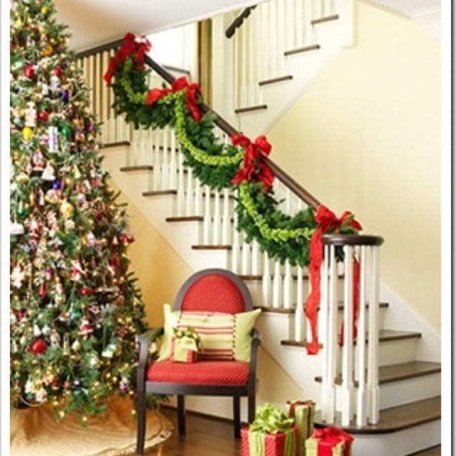 100 Awesome Christmas Stairs Decoration Ideas: Pretty Staircase Garland.. May Need This As A Guide Later