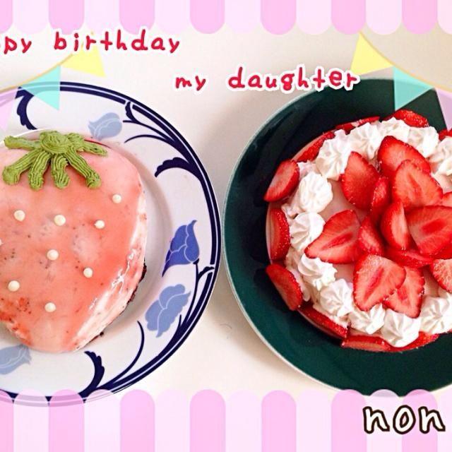 12/2 娘と義姉の誕生日が同じなので2人分♫ けど、義姉は東京に住んでいるので写メだけ送り我が家で食べちゃいます  娘がずーっと前から苺のケーキがいい❗️って言っていたので 意表をついて苺の型の苺ヨーグルトケーキ下はオレオのボトムで。 ひかりママさんのヨーグルトケーキ、3度目のつくフォト♫ 苺ジャム作って混ぜました 味はバツグン!出来はイマイチなので遠目で見てください  弟が出来てから気付かないうちに寂しい思いをさせていたな〜。 ちょっと待ってて‼️を何回も娘に言い我慢させてしまっていた事にケーキを作りながら反省 ごめんね たくさんハグして、悲しい思いをさせないようにしていくから - 167件のもぐもぐ - 娘5歳と義姉のバースデーケーキ苺のヨーグルトケーキ by nonoh