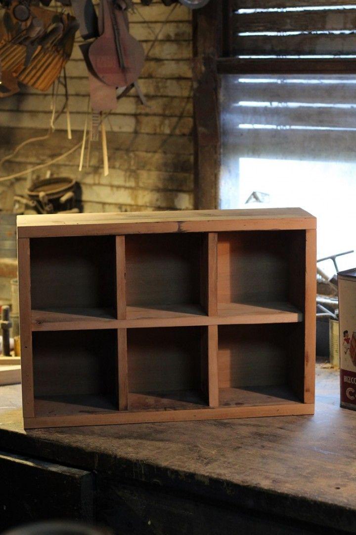 Organizador realizado a partir de madera de estantes antiguos sus medidas son 50cm de largo por 34cm de ancho con una profundidad de 15 cm. Puede ser tanto utilizado horizontal como vertical.