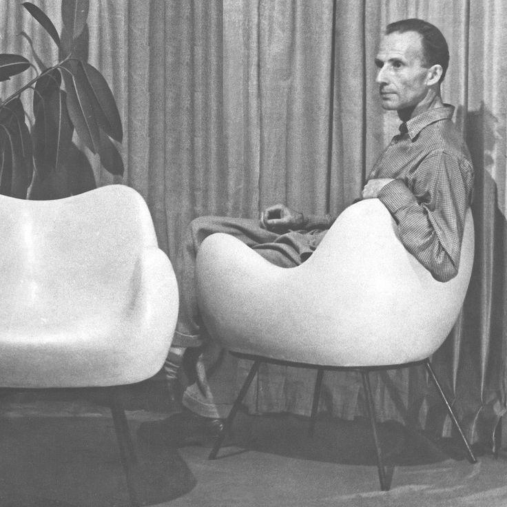 Roman Modzelewski na fotelu RM58 swojego projektu