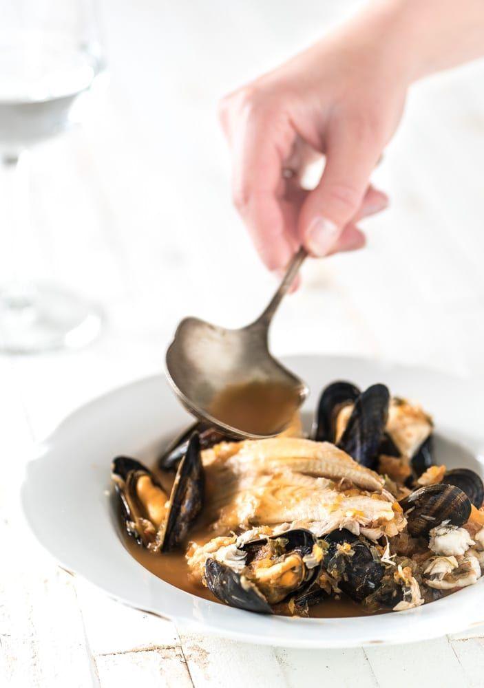 Bouillabaisse, de beroemde Franse vissoep maak je gewoon zelf met dit simpele bouillabaisse recept! Schaaldieren, witvis, visbouillon, saffraan, groene kruiden