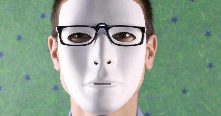 """Como fazer uma máscara de hóquei do Jason. Jason Voorhees é o nome do serial killer que usa uma máscara de hóquei na clássica série de filmes de terror """"Sexta feira 13"""". Sua máscara infame pode parecer uma máscara branca qualquer à primeira vista, mas se você quer se fantasiar de Jason, a máscara precisará de ajustes para ficar genuína. Uma máscara de hóquei branca e plana pode arruinar ..."""