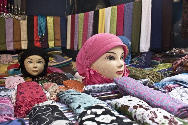 FEZ. Es una de las cuatro ciudades llamadas imperiales junto a Marrakech, Mequinez y Rabat. En Marruecos está considerada como el centro religioso y cultural del país. Su universidad, famosa por el estudio del árabe y la religión musulmana, la convierten en punto de paso de un gran número de estudiantes marroquíes.