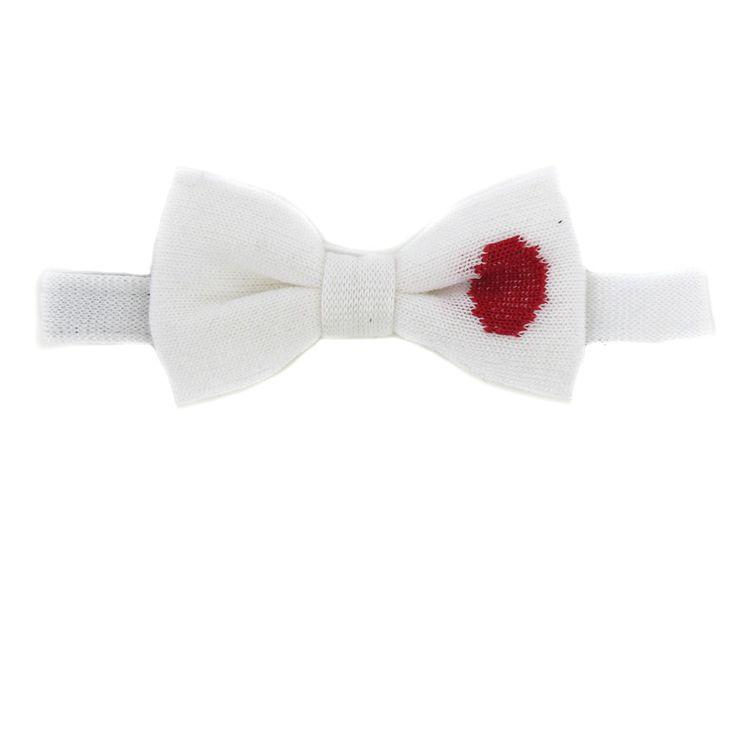 Questa cravatta a farfalla della Bikkembergs è molta originale. Il papillon è fatto in maglia cotone bianca (tinta unita). L'accessorio è decorato con una macchia rossa. Il cravattino è annodato, si regola intorno il collo con un gancetto in metallo. Sarà perfetto per lo stile sportivo o casual