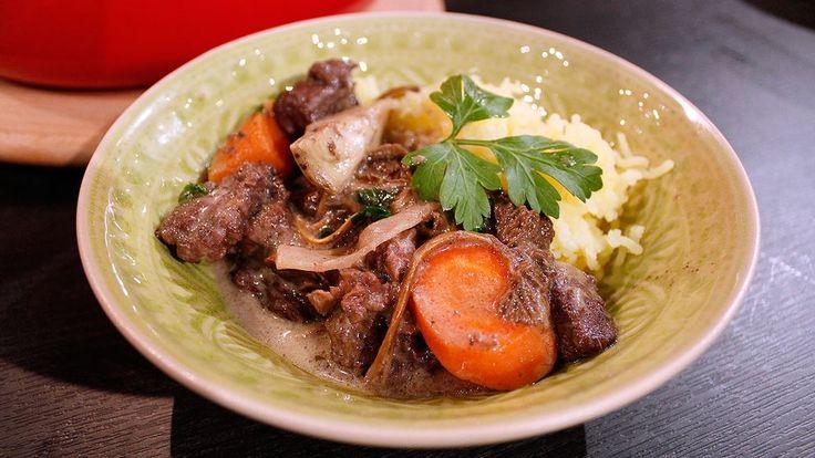 Mustig och mör älggryta kryddad med grönpeppar. En gryta som du med fördel kan göra dagen före.