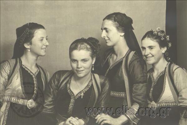 Εορτασμοί της 4ης Αυγούστου: γυναίκες με παραδοσιακές ενδυμασίες από το Μέτσοβο  1937. Nelly's (Σεραϊδάρη Έλλη)