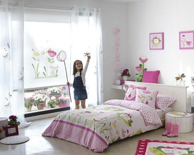 Ambiente de habitación infantil para niña Alberta de Scenes by Vanico. La colección de tejidos y textiles Alberta ofrece una amplia gama de telas, funda nórdica, alfombra a juego, cojines, lienzos o enrollables infantiles.