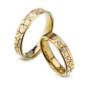Modele verighete CORIOLAN V602A Verighete V602A  COD: V602A Descriere  Verighete din aur galben      Latime: 4.50 mm (min 4 mm - max 6 mm)     Carate diamante: 0.075 Ct     Greutate aprox.: 9.9 gr/pereche     Timp de livrare: 2 saptamani  Pret: 3050 - 3600 RON  Pretul este pentru o pereche de verighete din aur 14K cu diamant si este variabil in functie de marimi. Modelul poate fi comandat pe culorile dorite, deasemenea si in aur de 18K.