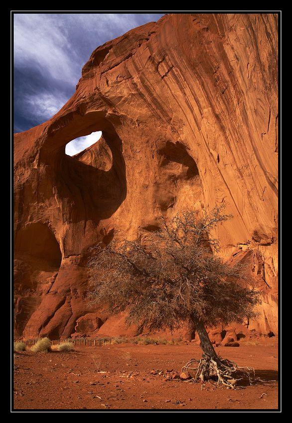 Eye of the Sun. Eye of the Sun Arch, Monument Valley, Arizona, USA Автор: Vadim Balakin