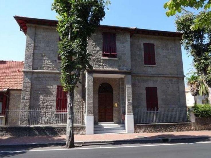 Vendesi appartamento in villa d'epoca a Bordighera