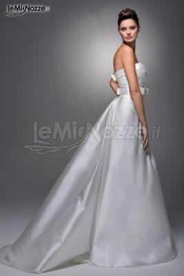 http://www.lemienozze.it/operatori-matrimonio/vestiti_da_sposa/linea-spose-di-elena-belardinelli/media Abito da sposa con fiocco in vita e leggero strascico.